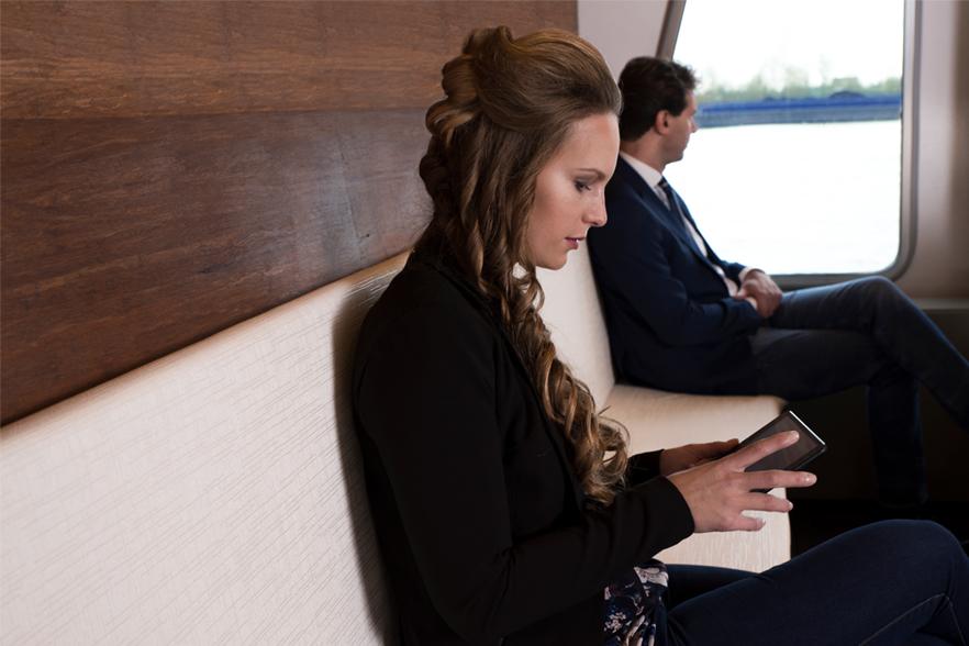 Passagier bedient iPad aan boord